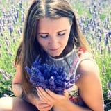 Jeune femme dans le domaine floral de la lavande Images libres de droits