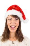 Jeune femme dans le hurlement de chapeau de Santa photographie stock