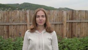 Jeune femme dans le jardin clips vidéos