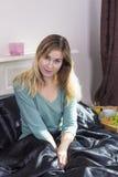 Jeune femme dans le lit à la maison photographie stock