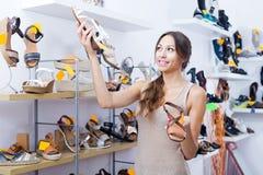 Jeune femme dans le magasin de chaussures Images libres de droits