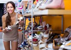 Jeune femme dans le magasin de chaussures Photographie stock