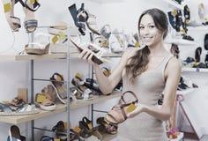 Jeune femme dans le magasin de chaussures Photo libre de droits