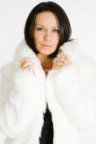 Jeune femme dans le manteau de fourrure Images libres de droits