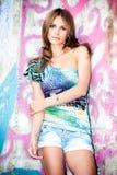 jeune femme dans le mur avant de graffiti Image stock