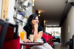 Jeune femme dans le restaurant dehors Images libres de droits