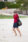 Jeune femme dans le sable photo stock