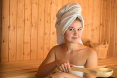 Jeune femme dans le sauna Photographie stock