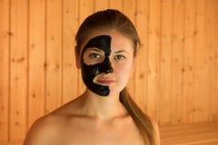 Jeune femme dans le sauna Photos libres de droits