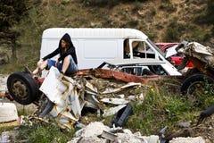 Jeune femme dans le scrapyard Photo stock