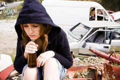 Jeune femme dans le scrapyard Photos stock