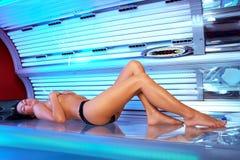 Jeune femme dans le solarium Photographie stock libre de droits