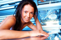 Jeune femme dans le solarium Images libres de droits