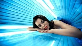 Jeune femme dans le solarium Photo libre de droits