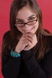 Jeune femme dans le sourire en verre Photographie stock libre de droits