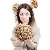 Jeune femme dans le style rural avec le lin et les fleurs sèches Image stock