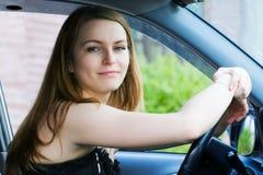 Jeune femme dans le véhicule. Image libre de droits