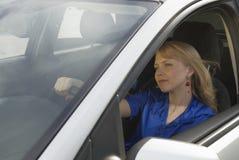 Jeune femme dans le véhicule Photo stock