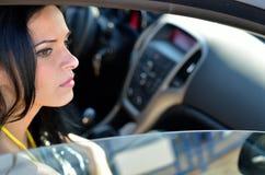 Jeune femme dans le véhicule image libre de droits