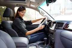 Jeune femme dans le véhicule neuf Image stock