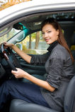 Jeune femme dans le véhicule neuf photos stock