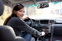 Jeune femme dans le véhicule neuf Photo libre de droits