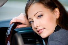 Jeune femme dans le véhicule neuf Photo stock