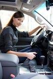 Jeune femme dans le véhicule neuf Photographie stock libre de droits