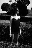 Jeune femme dans le voile noir image stock