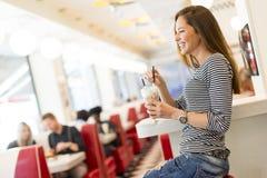 Jeune femme dans le wagon-restaurant Photo stock
