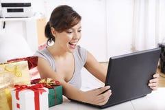 Jeune femme dans les achats en ligne Photos stock