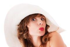 Jeune femme dans les baisers blancs de chapeau d'été Image stock
