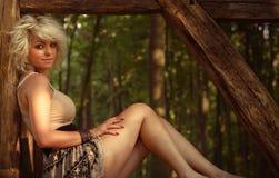 Jeune femme dans les bois Photographie stock libre de droits