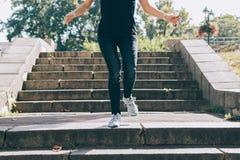 Jeune femme dans les jeans et des espadrilles Photo libre de droits