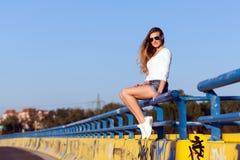Jeune femme dans les mini-shorts et la chemise blanche Photos libres de droits