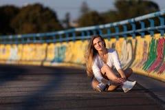 Jeune femme dans les mini-shorts et la chemise blanche Image libre de droits