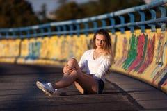 Jeune femme dans les mini-shorts et la chemise blanche Photo stock