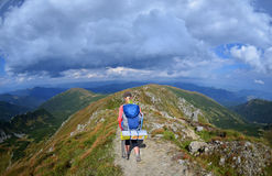 Jeune femme dans les montagnes Images libres de droits