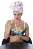 Jeune femme dans les sous-vêtements mangeant des céréales de petit déjeuner après douche Images libres de droits