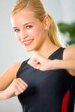 Jeune femme dans les vêtements de sport images libres de droits