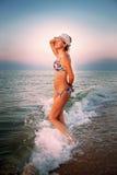 Jeune femme dans les vagues de mer Image stock