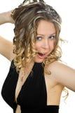 Jeune femme dans peu de robe noire. Images libres de droits