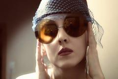 Jeune femme dans rétro lunettes de soleil images stock