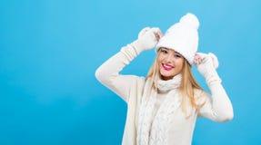 Jeune femme dans un équipement d'hiver de temps froid photos stock