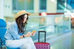 Jeune femme dans un avion de attente de vol de salon d'aéroport Femme caucasienne avec le smartphone dans la salle d'attente Photo libre de droits