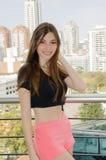 Jeune femme dans un balcon photo libre de droits
