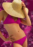 Jeune femme dans un bikini rose Image libre de droits