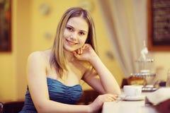 Jeune femme dans un café photo stock