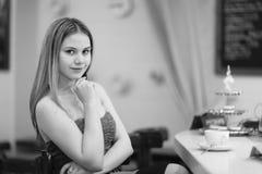 Jeune femme dans un café images libres de droits