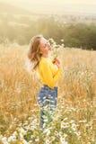 Jeune femme dans un domaine de blé Photos libres de droits